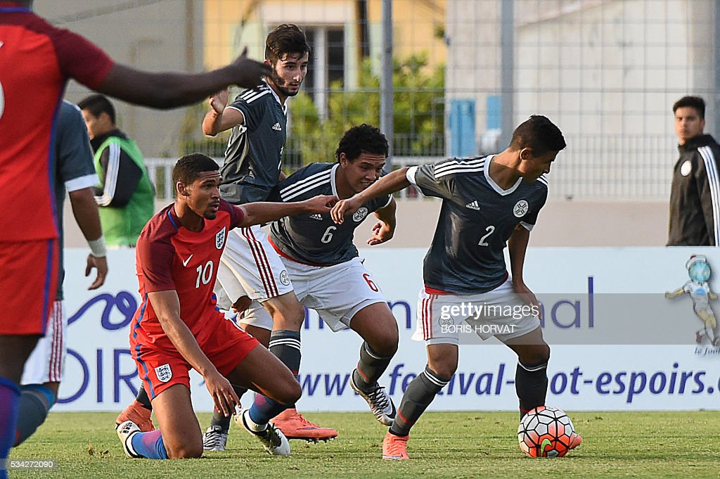 Paraguayen defender Rodi Feirrera (R) vies with English midfielder Ruben Loftus-Cheek during the Under 21 international football match between England and Paraguay, at the Antoine Baptiste stadium in Six-Fours, southern France on May 25, 2016, as part of the as part of the 'Toulon Hopefuls' Tournament'. / AFP / BORIS