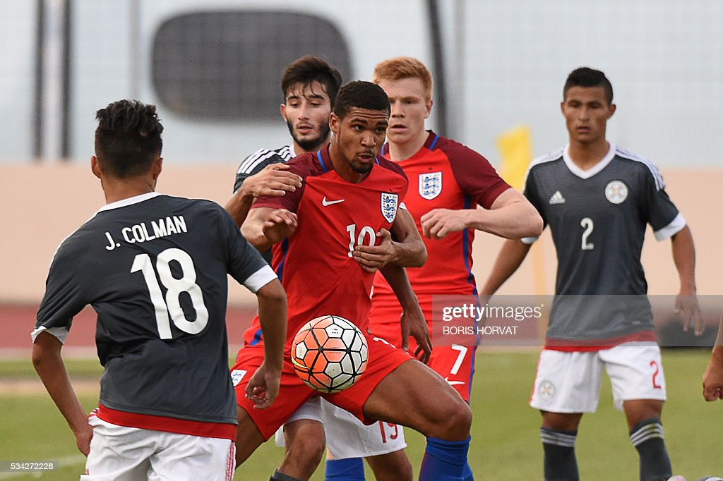 Paraguayen forward Matias Villasanti Rolon (2R) vies with English midfielder Ruben Loftus-Cheek (3R) during the Under 21 international football match between England and Paraguay, at the Antoine Baptiste stadium in Six-Fours, southern France on May 25, 2016, as part of the as part of the 'Toulon Hopefuls' Tournament'. / AFP / BORIS