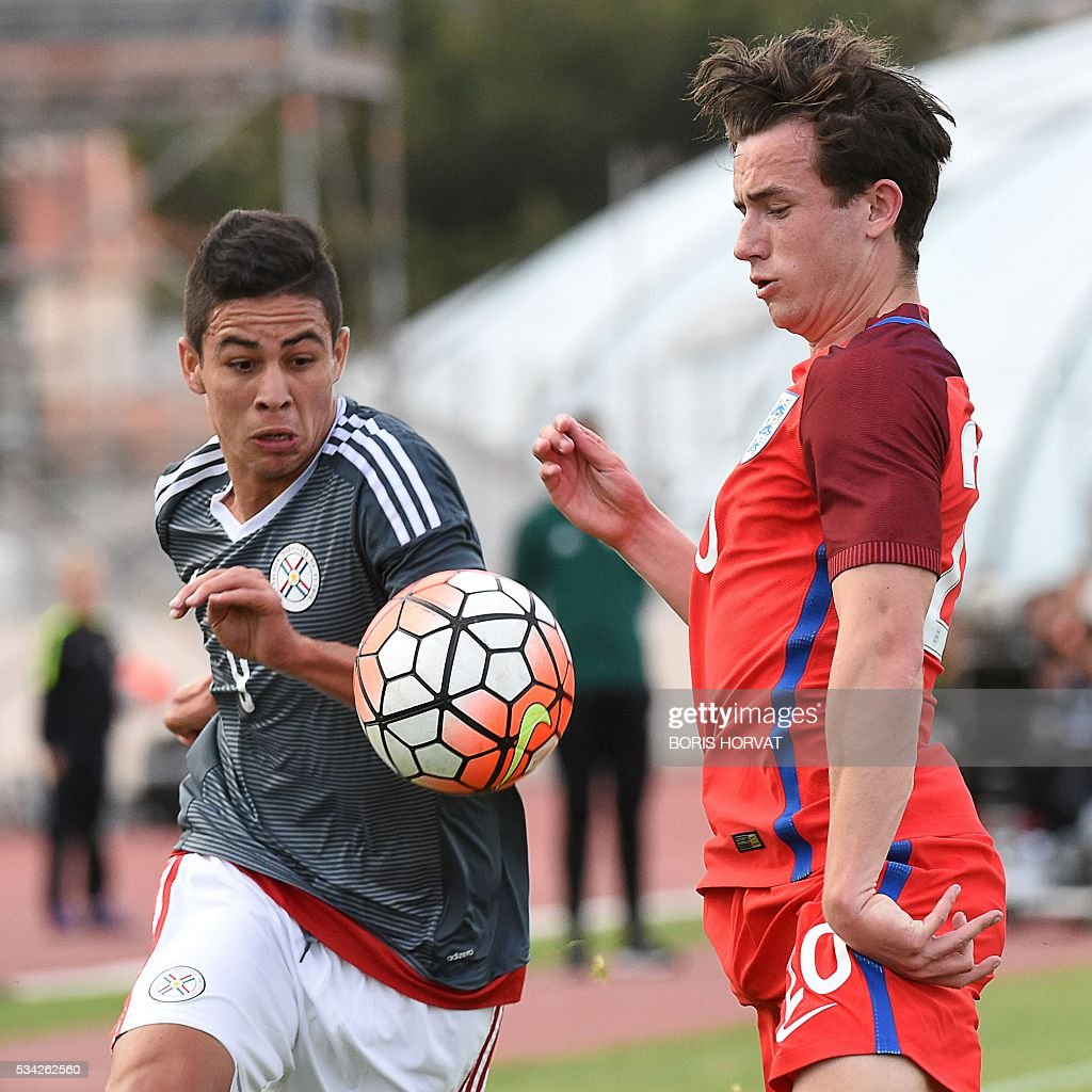 Paraguayen forward Pedro Baez Benitez (L) vies with English defender Ben Chilwell during the Under 21 international football match between England and Paraguay, at the Antoine Baptiste stadium in Six-Fours, southern France on May 25, 2016, as part of the as part of the 'Toulon Hopefuls' Tournament'. / AFP / BORIS