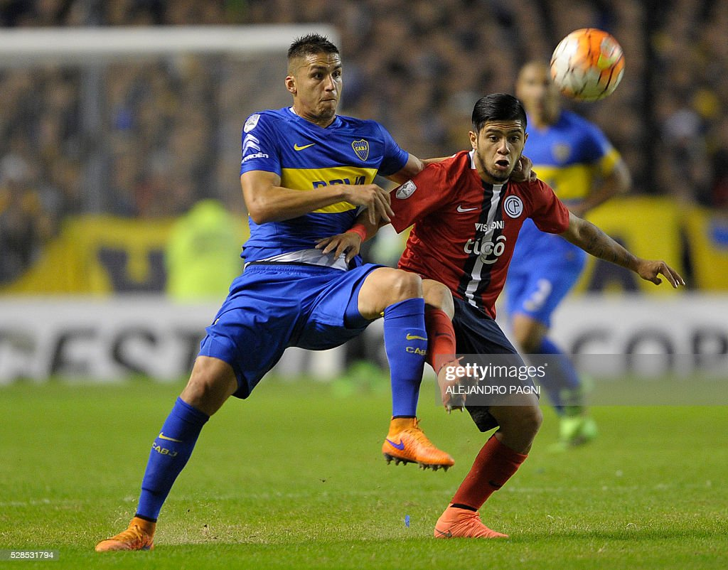 Paraguay's Cerro Porteno forward Sergio Diaz (R) vies fo the ball with Argentina's Boca Juniors defender Fernando Tobio during their Copa Libertadores 2016 round before the quarterfinals second leg football match at La Bombonera stadium in Buenos Aires, Argentina, on May 5, 2016. Boca Juniors won by 3-1 and qualified for the next round. / AFP / ALEJANDRO