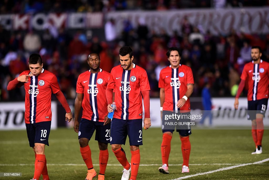 Paraguay's Cerro Porteno players leave the field after losing 2- 1 against Argentinas Boca Juniors at the end of their Copa Libertadores 2016 football match at Defensores del Chaco stadium in Asuncion, on April,28, 2016 / AFP / PABLO