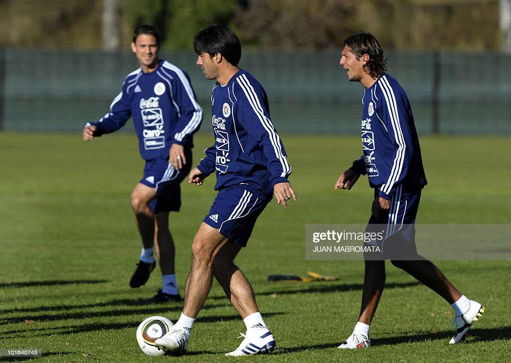 Paraguay's defender Julio Cesar Caceres (C) strikes a ball next to midfielders Enrique Vera (R) and Jonathan Santana at Michaelhouse school in Balgowan on June 5, 2010. Pararguay will face Italy in their opening match of the 2010 World Cup South Africa in Cape Town on June 14.