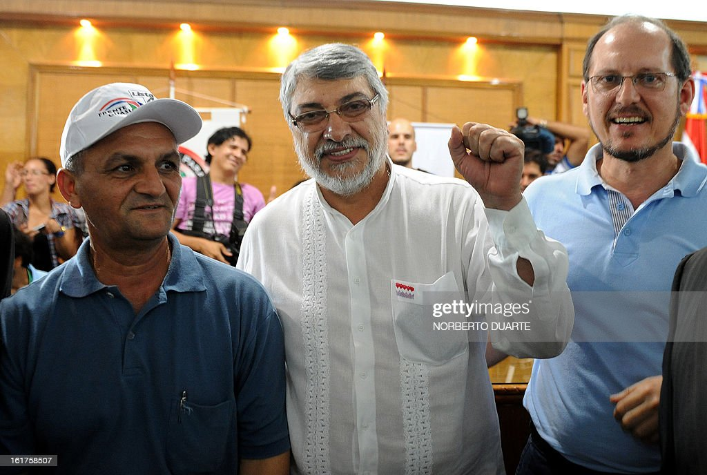 Paraguay's ex-president Fernando Lugo (C), accompanied by a supporter and the Guasu Front Party's presidential canidate Anibal Carrillo (R), poses after registering his candidacy as senator for the Guasu Front Party for the April general election, in Asuncion, on February 15, 2013. Lugo will have to undergo court-ordered DNA testing, after a judge ruled in favor of a woman who says he fathered her 11-year old son, court officials said Thursday. Lugo, a former Roman Catholic bishop, was ousted from Paraguay's presidency in June 2012. He was impeached by the Senate just months before the end of his four-year term over his handling of a land dispute. AFP PHOTO/Norberto DUARTE