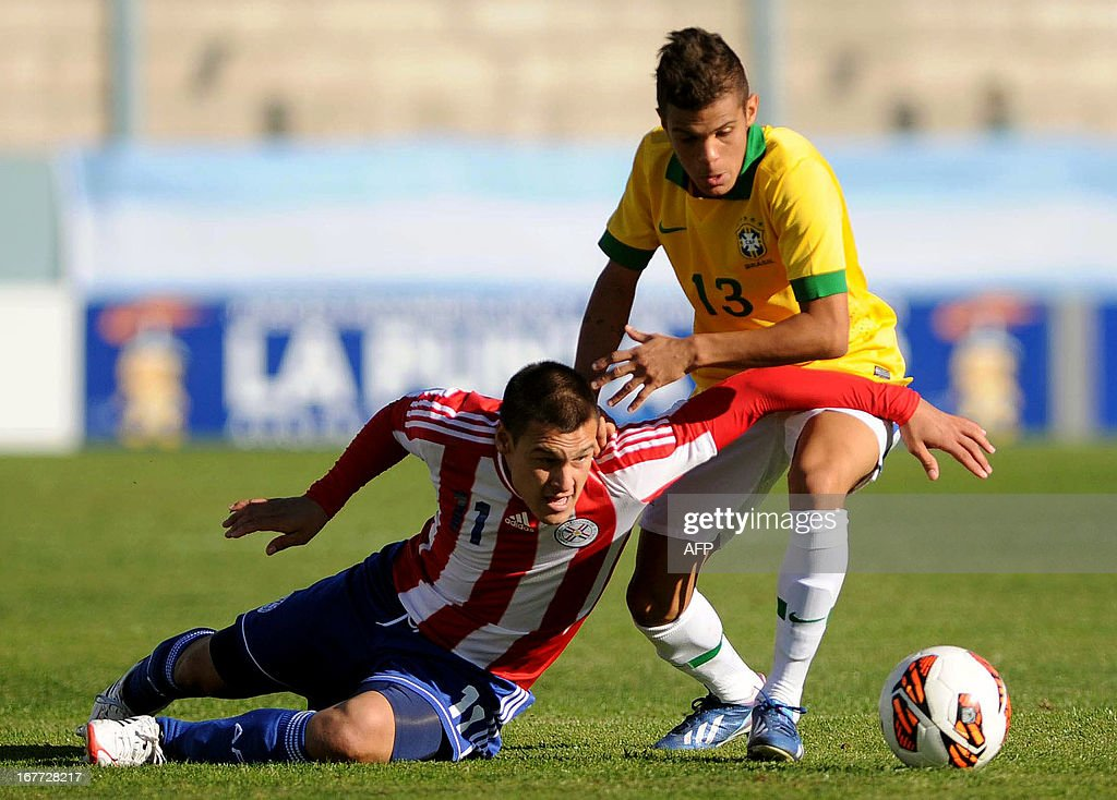 Paraguay's footballer Christian Vargas (L) vies for the ball with Brazil's Auro during the South American U-17 Football Championship, at the Juan Gilberto Funes stadium in San Luis, Argentina, on April 28, 2013.