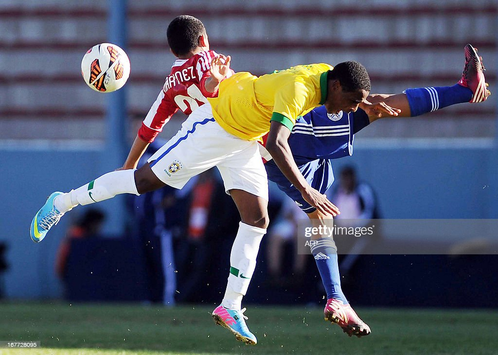 Paraguay's footballer Ronaldo Martinez (back) vies for the ball with Brazil's Jeferson during the South American U-17 Football Championship, at the Juan Gilberto Funes stadium in San Luis, Argentina, on April 28, 2013.