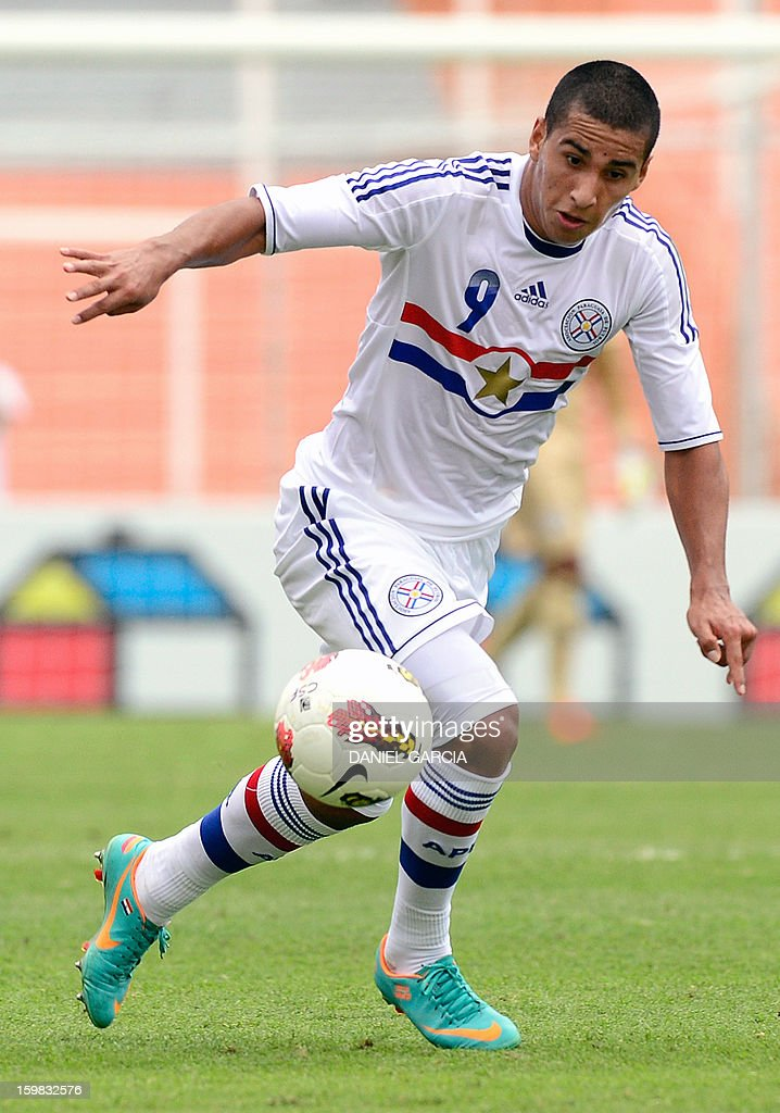 Paraguay's forward Cecilio Dominguez controls the ball during their South American U-20 final round football match against Chile at Malvinas Argentinas stadium in Mendoza, Argentina, on January 20, 2013. Four teams will qualify for the FIFA U-20 World Cup Turkey 2013.