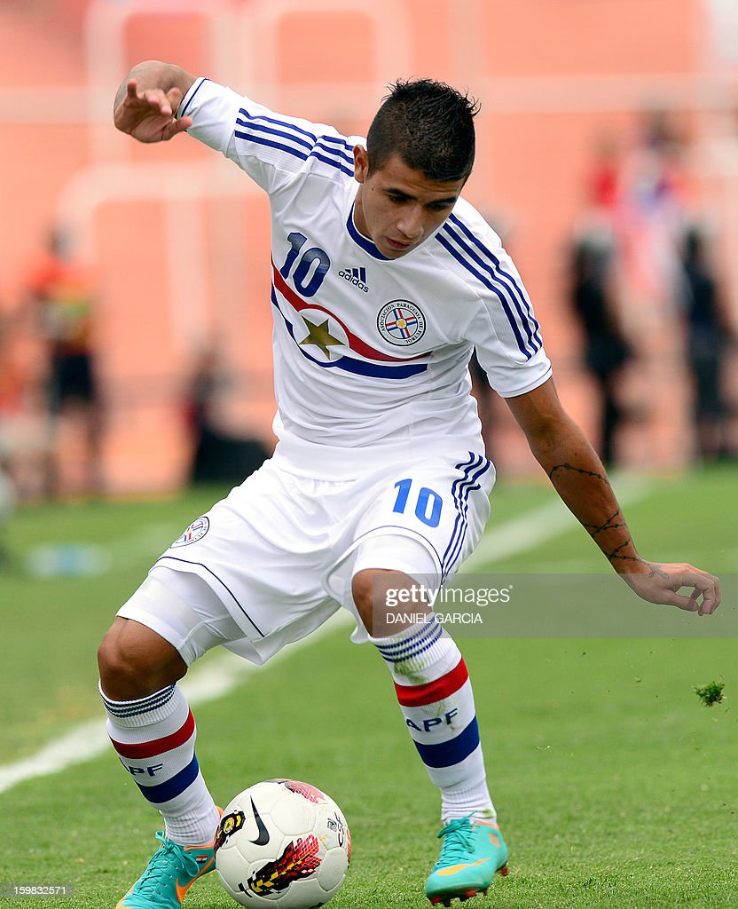 Paraguay's forward Derlis Gonzalez controls the ball during their South American U-20 final round football match against Chile at Malvinas Argentinas stadium in Mendoza, Argentina, on January 20, 2013. Four teams will qualify for the FIFA U-20 World Cup Turkey 2013.
