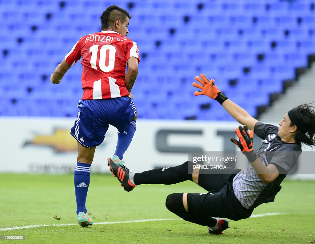 Paraguay's forward Derlis Gonzalez (L) scores against Bolivia's goalkeeper Guillermo Viscarra during their South American U-20 Group A qualifier football match at Malvinas Argentinas stadium in Mendoza, Argentina, on January 17, 2013. Four teams will qualify for the FIFA U-20 World Cup Turkey 2013.