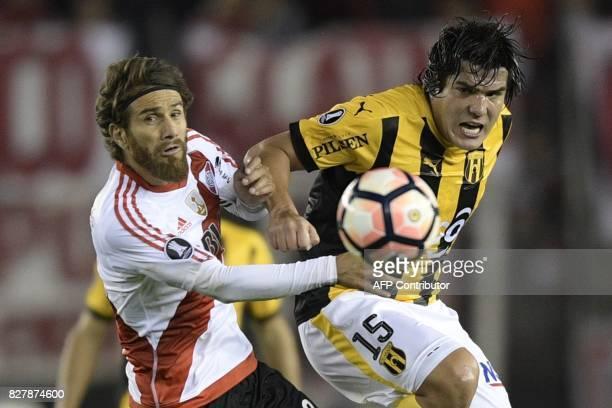 Paraguay's Guarani midfielder Fidencio Oviedo vies for the ball with Argentina's River Plate midfielder Leonardo Ponzio during their Copa...