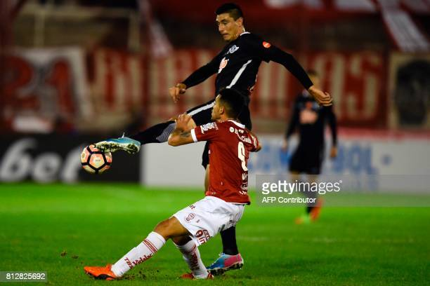 Paraguay's Libertad forward Oscar Cardozo vies for the ball with Argentina's Huracan defender Mario Risso during their Copa Sudamericana 2017 second...