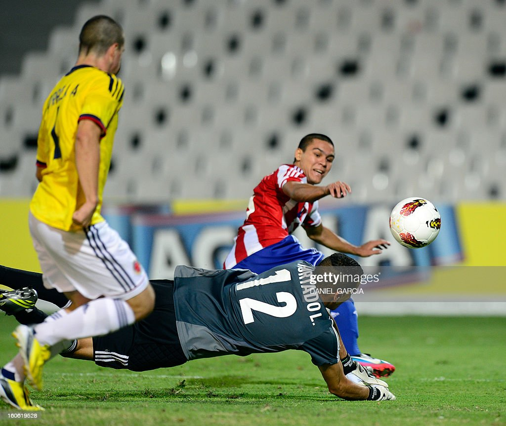 Paraguay's midfielder Jorge Rojas (back R) scores past Colombia's goalkeeper Luis Hurtado (C) during their South American U-20 final round football match at Malvinas Argentinas stadium in Mendoza on February 3, 2013. Four teams will qualify for the FIFA U-20 World Cup Turkey 2013. AFP PHOTO / DANIEL GARCIA