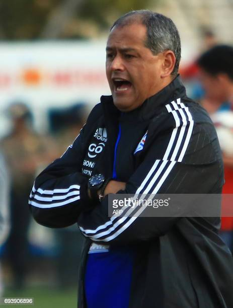 Paraguays national football team head coach Francisco Arce shouts instructions to players during their friendly match against Peru on June 8 2017 at...