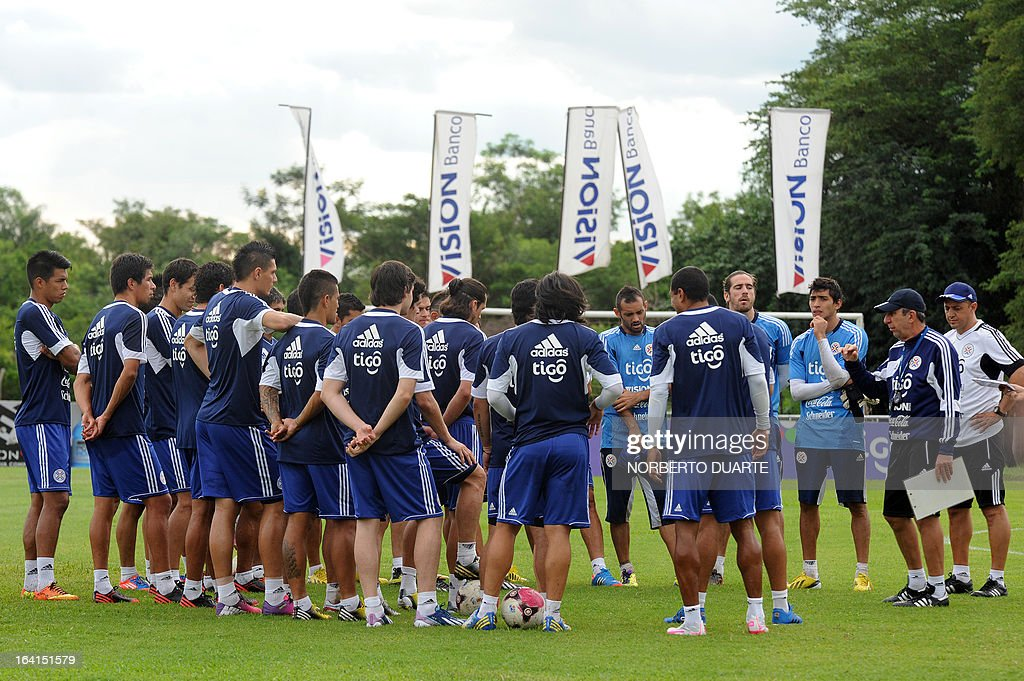 Paraguay's national football team players listens to their coach Uruguayan Gerardo Pelusso (2-R) durng a training session in Ypane, near Asuncion, on March 20, 2013 . Paraguay will face Uruguay on March 22 for a FIFA World Cup Brazil 2014 qualifier tournament match. AFP PHOTO/NORBERTO DUARTE