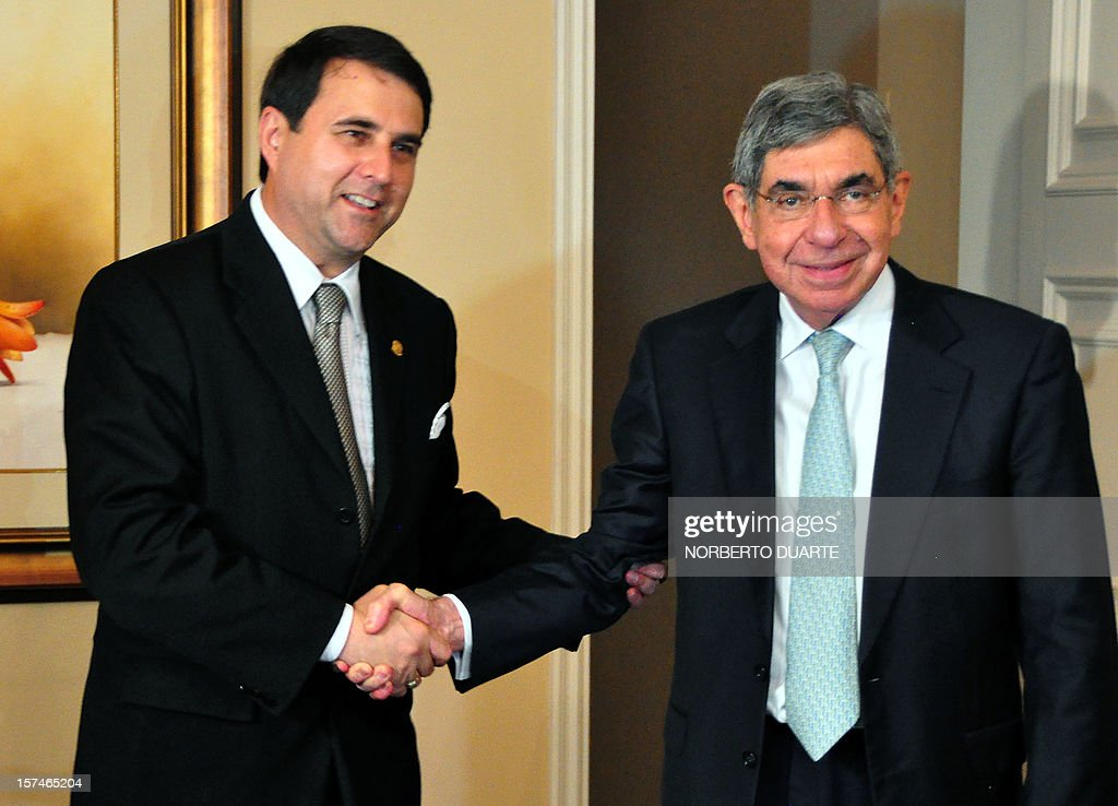 Paraguay's President Federico Franco (L) shakes hands with the chief of the Electoral Observation Mission (EOM) of the Organization of American States (OAS), Costa Rican former president Oscar Arias, during a meeting in Asuncion on December 3, 2012. AFP PHOTO/Norberto DUARTE