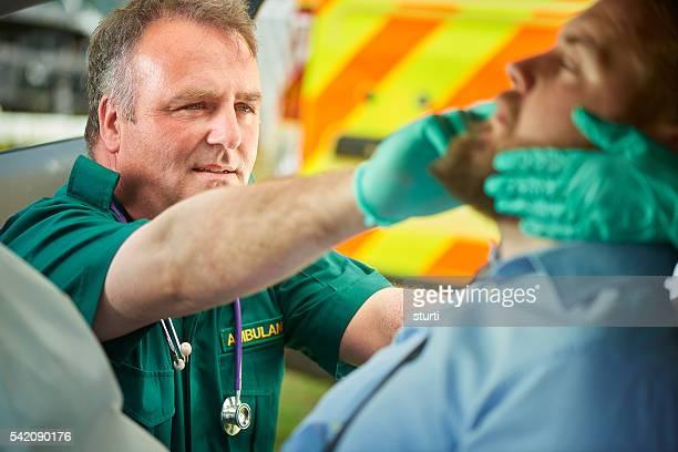 Técnico en urgencias médicas evaluar la víctima de un accidente de tráfico