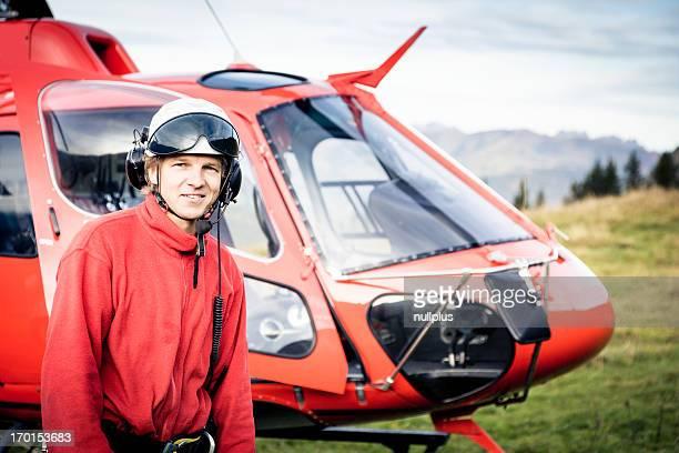 Rettungssanitäter stehend mit dem Hubschrauber
