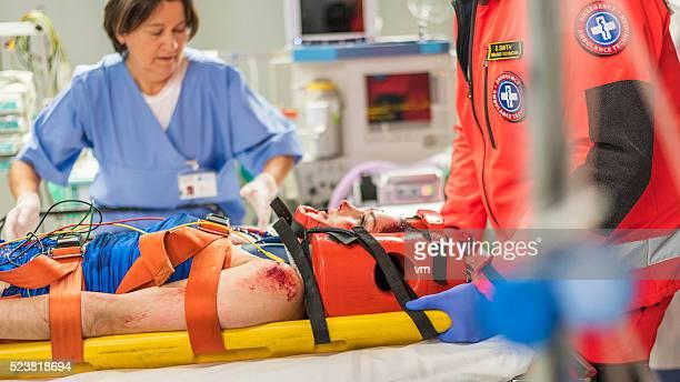 Paramedici e infermiera in camera di emergenza