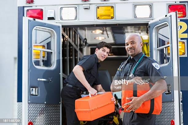 Auxiliaires médicaux à l'arrière d'une ambulance
