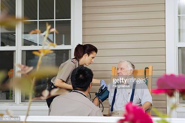 Auxiliaires médicaux examiner senior homme sur Porche