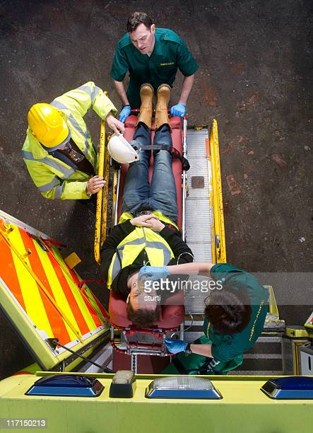 Auxiliaires médicaux charger patient en ambulance