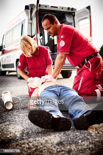 Paramedics succor un hombre con ataques cardíacos