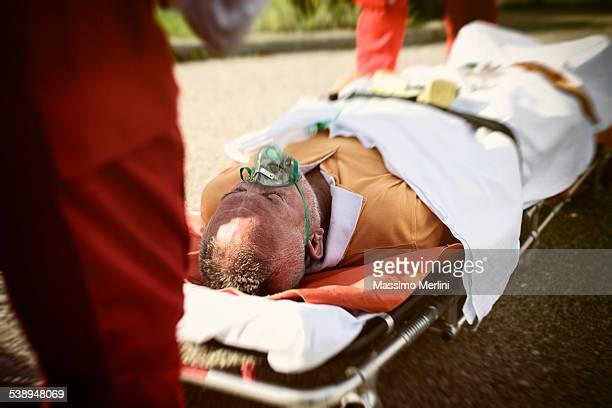 Auxiliaires médicaux consacre avec passion à répondre aux attentes d'un homme avec Crise cardiaque