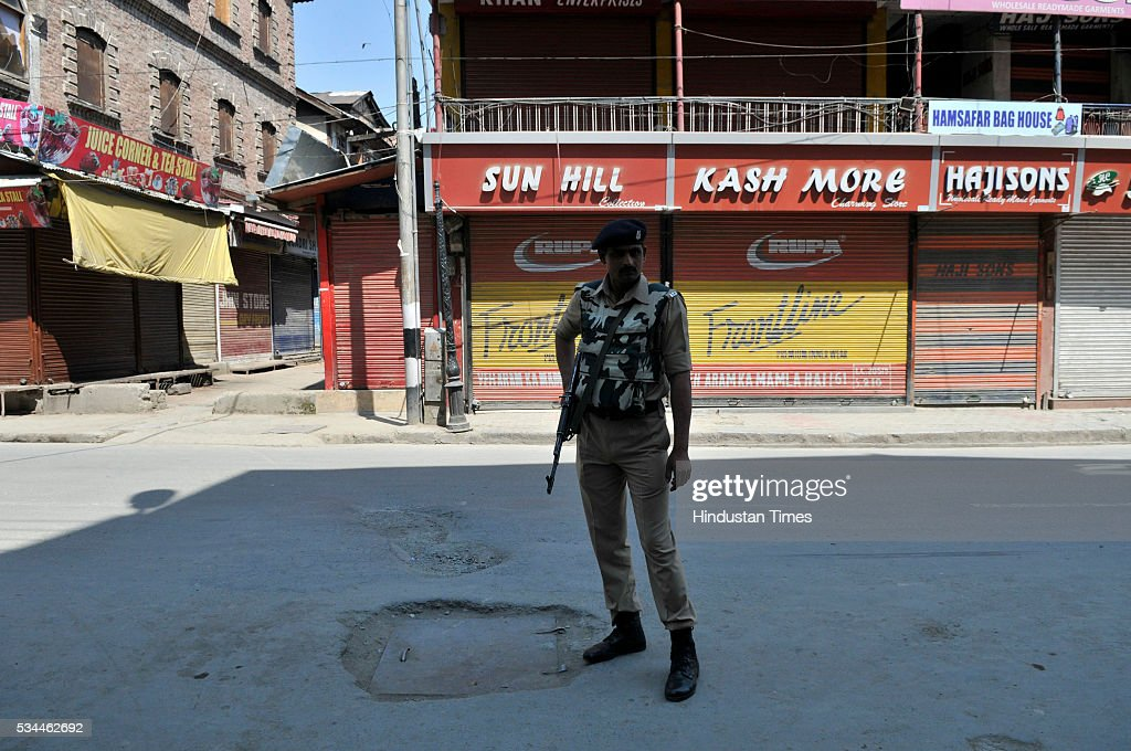 Paramilatary soldier stands guard duringa strike called by separatists against creation of the separate clusters for the Pandits and establishing of Sainik colonies on May 26, 2016 in Srinagar, India.