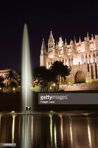 Parc de la Mar fountain and La Seu Palma Cathedral.