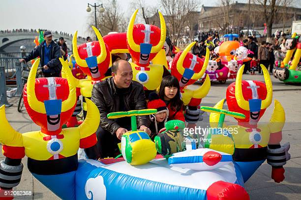 Parent and their kids drive in weird plastic toy cars decorated of all kinds of copycat cartoon characters domestic and abroad which spread quickly...