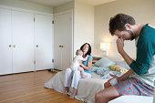 Os pais e bebê Menina (9- 12 meses) em quarto e Homem