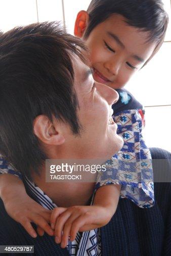 Parents et enfants dans un yukata : Photo