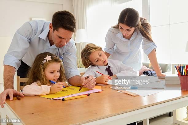 Parents et enfants faire devoirs ensemble