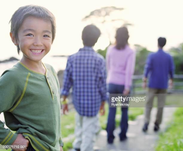 ご両親と 2 つの息子(5 ~10 )の小道(に集中