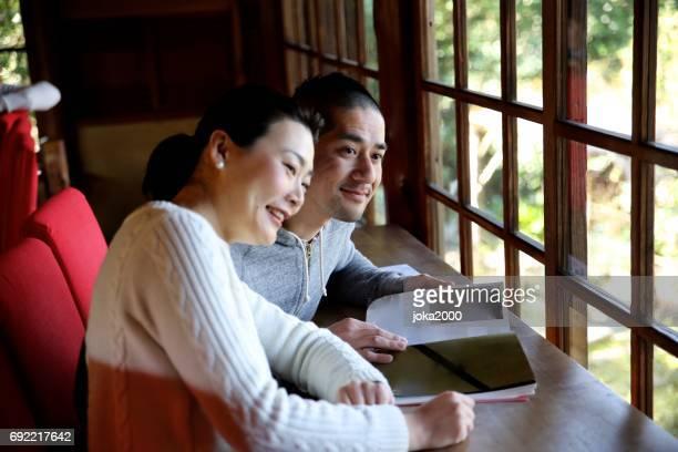 両親は、カフェで本を楽しんでいます。