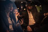 Eltern fahren mit Ihrer Tochter nach Hause