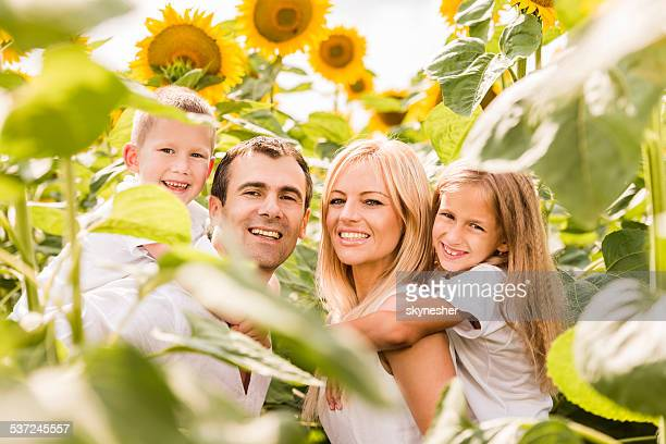 Pais piggybacking seus filhos ao ar livre.