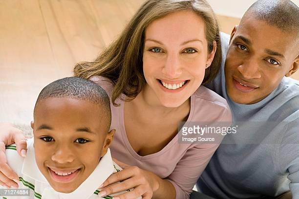 Parents et fils debout sur place