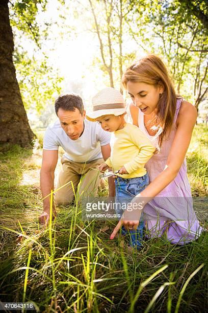 Parents enseignant leur enfant sur la nature