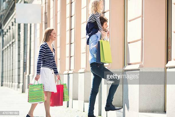 Genitori con una bambina carina Godetevi lo Shopping insieme.