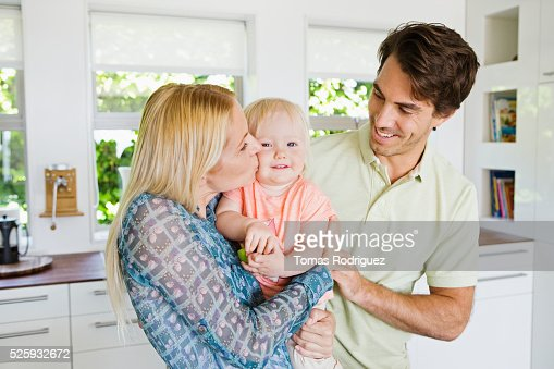 Parents with daughter (12-23 months) in kitchen : Foto de stock