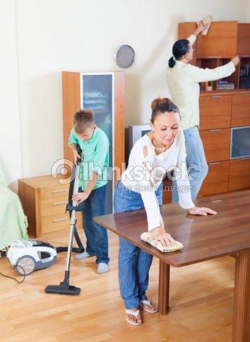 Los padres con hijos quitar el polvo juntos foto de stock - Con que limpiar los muebles de madera ...