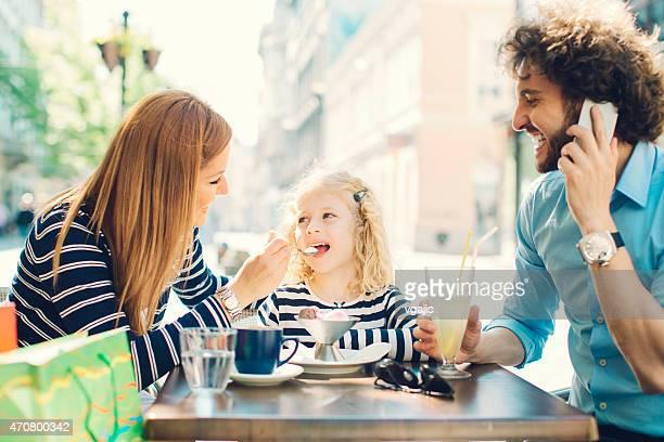 Eltern und ihre Tochter genießen Sie einen sonnigen Tag in der Stadt.