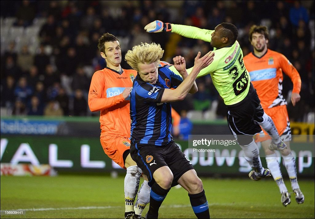 Parfait Mandanda of Charleroi and Bjorn Vleminckx of Club Brugge KV pictured during the Jupiler League match between Club Brugge K.V and R.C.S.Charleroi November 25, 2012 in Brugge, Belgium.