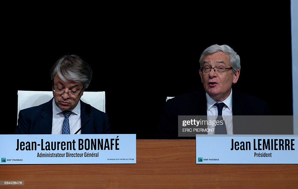 BNP Paribas Chief Executive Jean-Laurent Bonnafe (L) is flanked by Chairman of the Board of Directors Jean Lemierre (R) during the group's general meeting in Paris on May 26, 2016. / AFP / ERIC