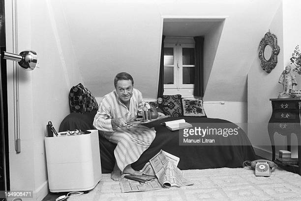 Paris 20 October 1979 the comedian Robert Hirsch in his new apartment on the occasion of the play 'The trap' by Ira Levin that plays at the Theatre...