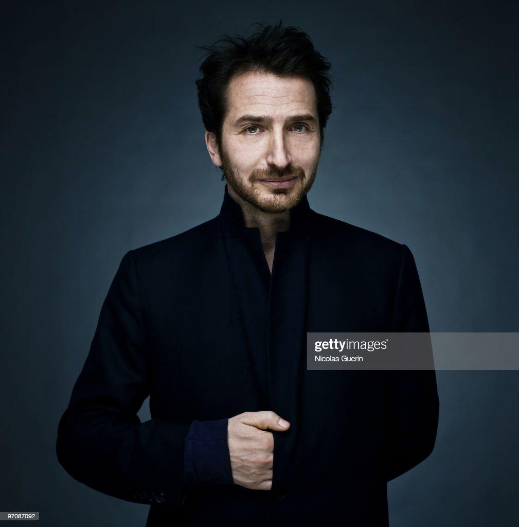 Pour un cliché de trop Paris-actor-edouard-baer-poses-at-a-portrait-session-for-self-in-on-picture-id97087092