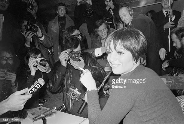 American musichall star Liza Minnelli is surrounded by a lot of newsmen and photographers as she gives an impromptu news conference at Charles De...