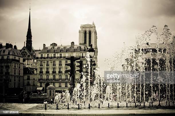 Paris Cityscape avec les bâtiments et sa fontaine, sépia