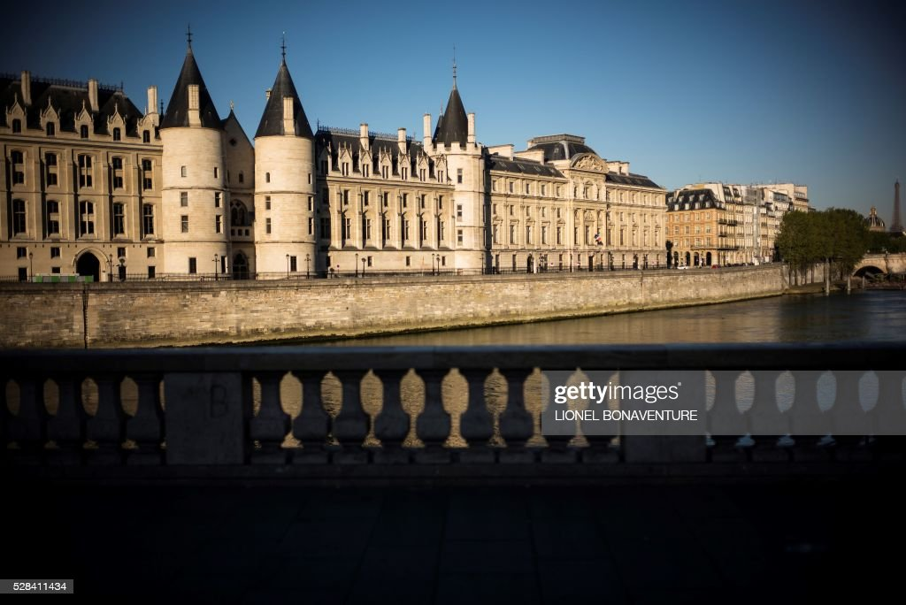 Paris' courthouse (La conciergerie) is pictured from a bank of the Seine river, on May 5, 2016 in Paris. / AFP / LIONEL