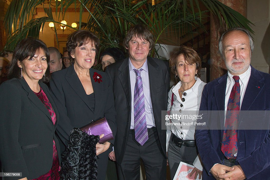 Paris Deputy Mayor Anne Hidalgo, former Health minister <a gi-track='captionPersonalityLinkClicked' href=/galleries/search?phrase=Roselyne+Bachelot&family=editorial&specificpeople=2369544 ng-click='$event.stopPropagation()'>Roselyne Bachelot</a>-Narquin, CGT union leader <a gi-track='captionPersonalityLinkClicked' href=/galleries/search?phrase=Bernard+Thibault&family=editorial&specificpeople=658517 ng-click='$event.stopPropagation()'>Bernard Thibault</a> and his wife Muriel, and President of the Chatelet Theater, Jerome Clement, attend the Gala de l'Espoir charity event against cancer at Theatre du Chatelet on November 12, 2012 in Paris, France.
